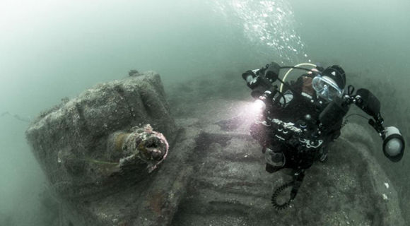 摄影师拍下沉海74年的二战坦克