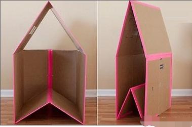 然后在纸箱里铺上一层准备好的垫子和小靠枕