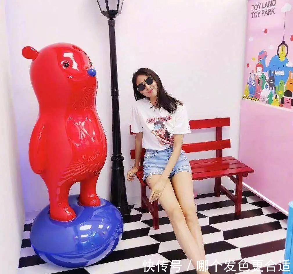 35岁张梓琳太会穿,182cm穿短裤秀美腿,配白T恤美得不一般