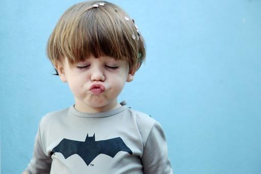 找一个外国小孩撅嘴的图片
