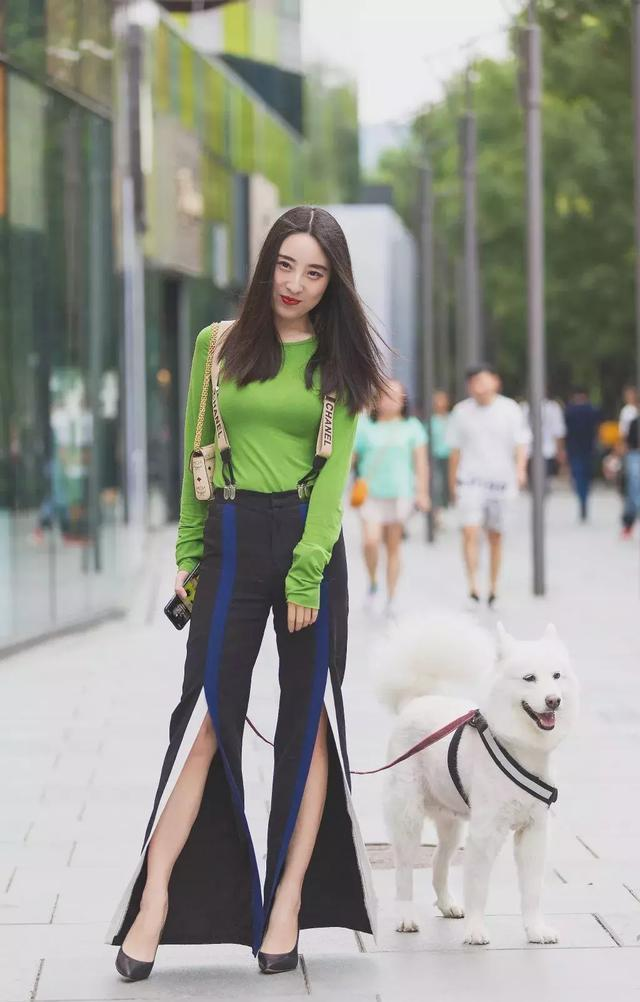 街拍:小姐姐一件白色单肩背心搭配低腰牛仔短裤,尽显时尚魅力插图(8)