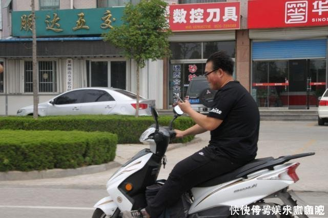 """最""""嚣张""""男子,摩托车被扣强闯交警队抢车,交警阻止被连捅牺牲!"""