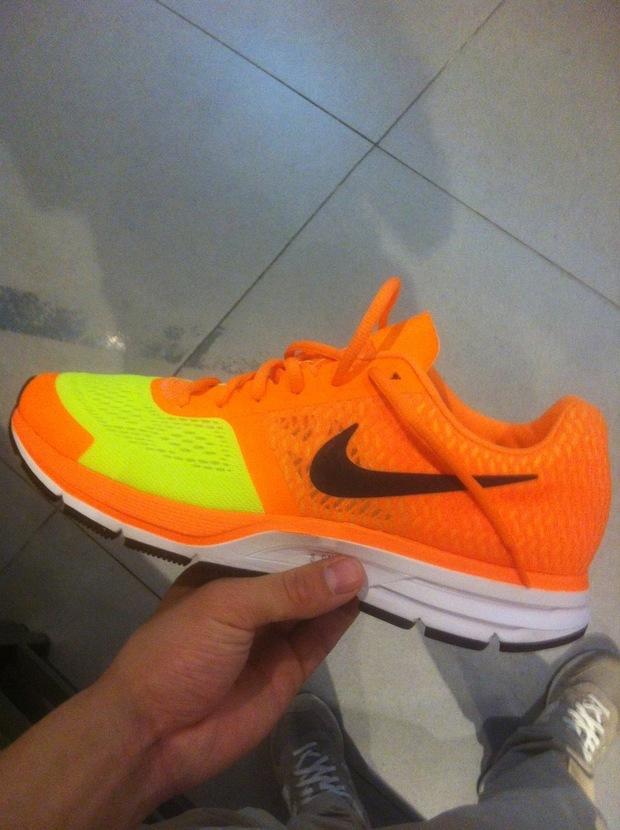 橙色鞋子配什么颜色的衣服-橙色鞋子要搭配什么颜色