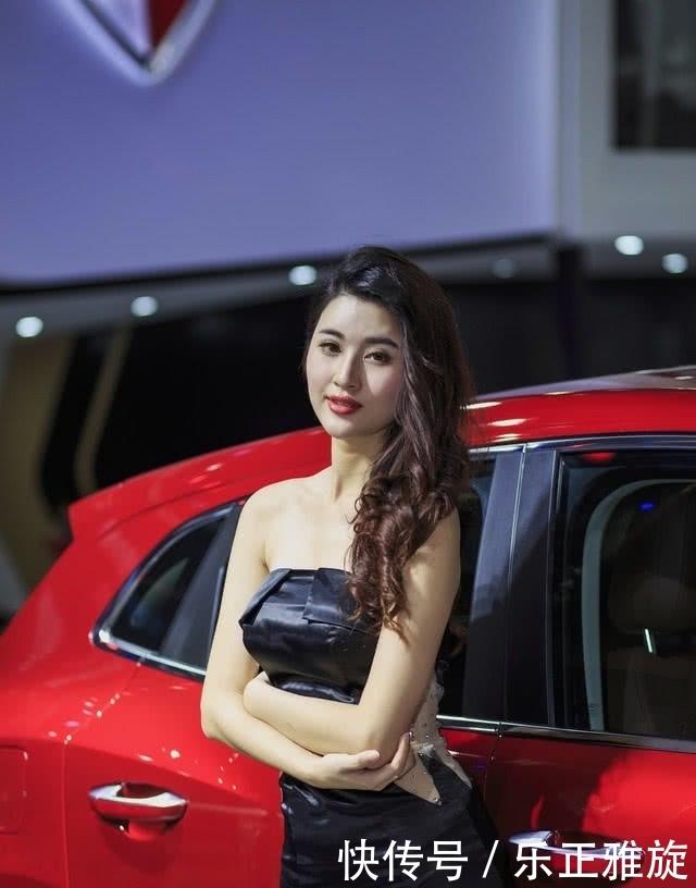 <b>宝沃车模身材真棒,抹胸裙子很性感,美得不要不要的</b>