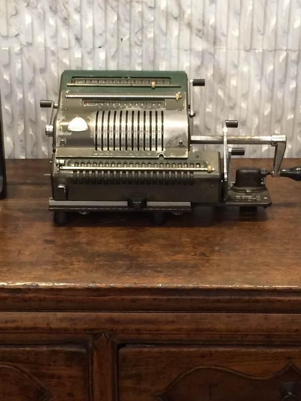 不是老式收发电报机,也不是老式打字机.