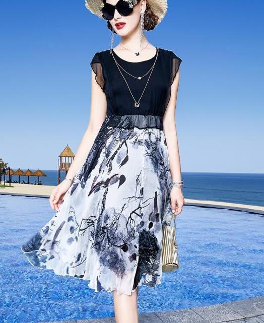 街拍:小姐姐一件黑色的休闲西装搭配黑白色格子裙,很有少女范插图(4)
