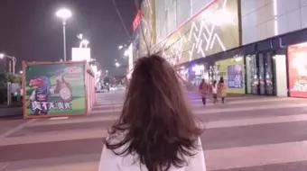 路人经过商场门口头发竖起来,商场:静电,没伤害