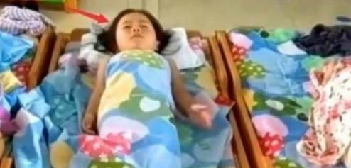 女儿从来不睡午觉,老师说她能睡两小时,查看监控后妈妈流泪了