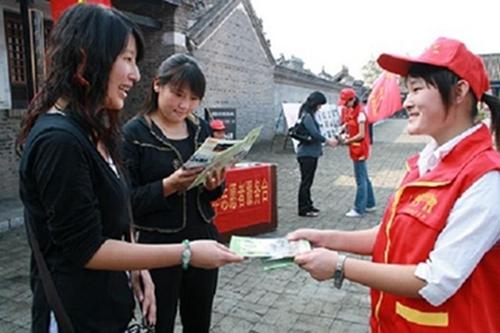 内乡县衙工作人员向游客发放游客意见调查表   为实现国家5a景区创建