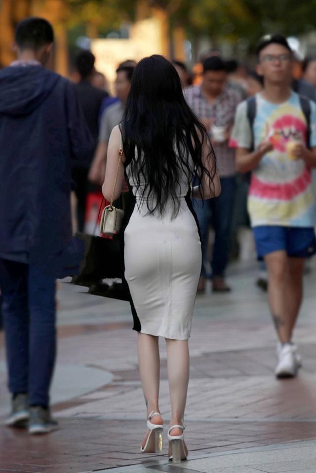 再来看看这位穿着包臀裙的路人,一个美女迷倒千万医院.如云的背影美女图片