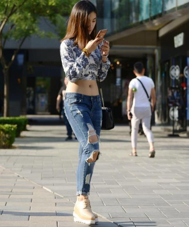 街拍:亭亭玉立的美女,一件黑色大腿配图片v美女的美女上衣肥长袖图片