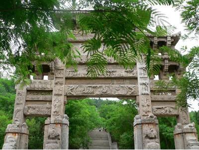 大伾山景区是省政府1987年首批公布的省级风景名胜区,它与城区联为