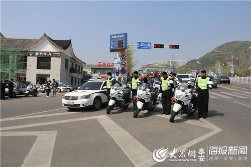 4月4日全国性哀悼活动泰安执勤交警脱帽悼念