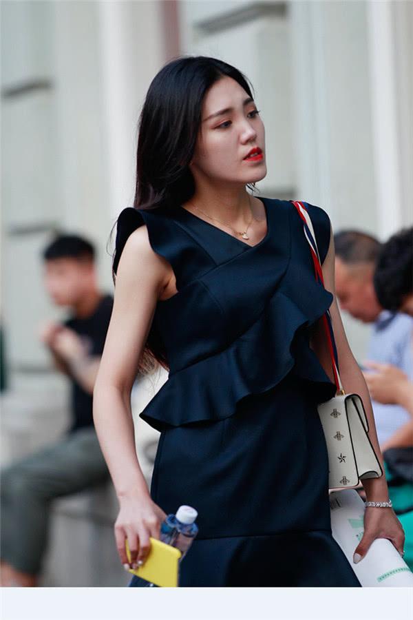 路人街拍:小姐姐喜欢穿荷叶连体裙,搭配小红鞋彰显儒雅气质