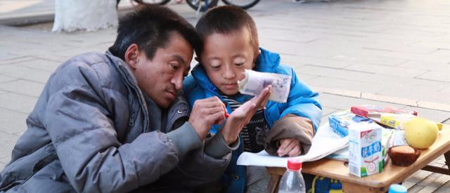 """山东父子同患""""瓷娃娃""""病:父亲乞讨教子读书"""